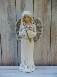 Anděl - víla stojící s růžemi