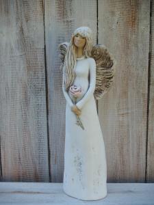 Anděl - víla stojící s růží