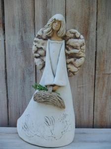Anděl - víla stojící s košíkem