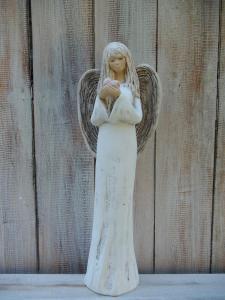Anděl - víla stojící se srdcem