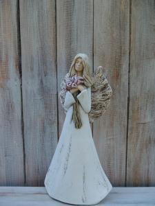 Anděl - víla stojící s kyticí Kala