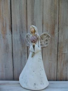 Anděl - víla stojící s kyticí růží