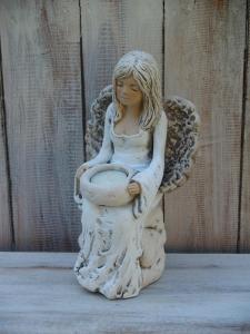 Anděl - víla sedící na kmenu ( svícen )